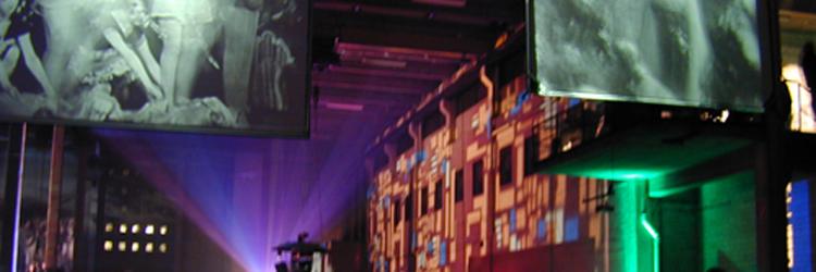 nachtclub met industriele sfeer, videoschermen met jaren 40 dames