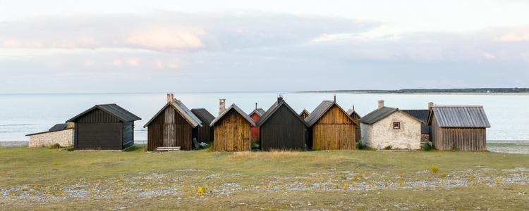 houten huisjes aan het water