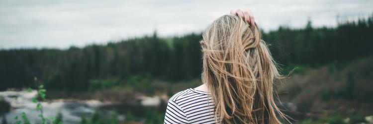 vrouw in landschap van de achterkant gezien