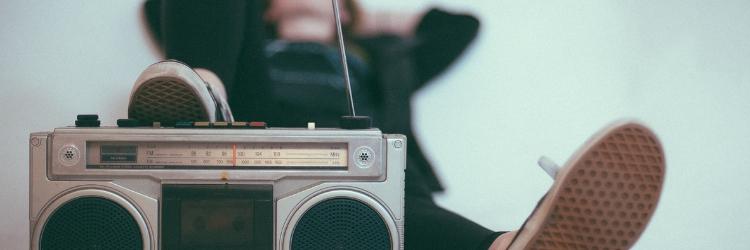 liggende vrouw luistert naar muziek