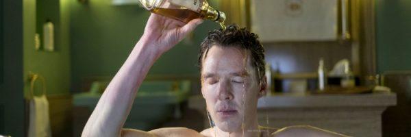 patrick melrose man in bad giet fles wiskey over zijn hoofd